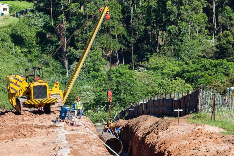 Установка трубопровода мост-водовода воды стоковые изображения
