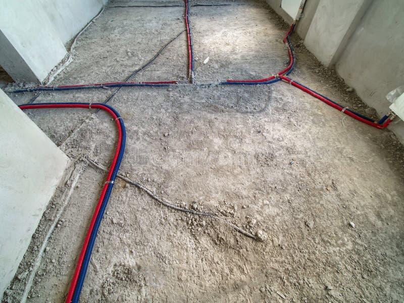 Установка труб водопровода в комнату стоковая фотография