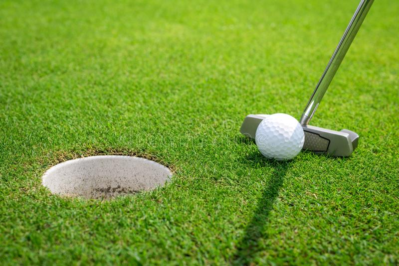 Установка шара для игры в гольф на зеленый цвет стоковые фотографии rf