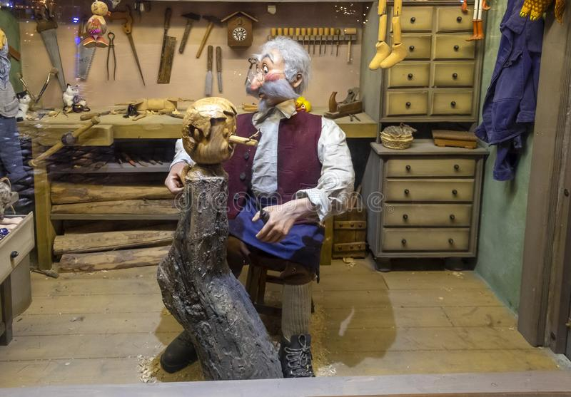 """Установка """"господин Geppetto высекая Pinocchio """"на рождественской ярмарке wroclaw стоковая фотография rf"""