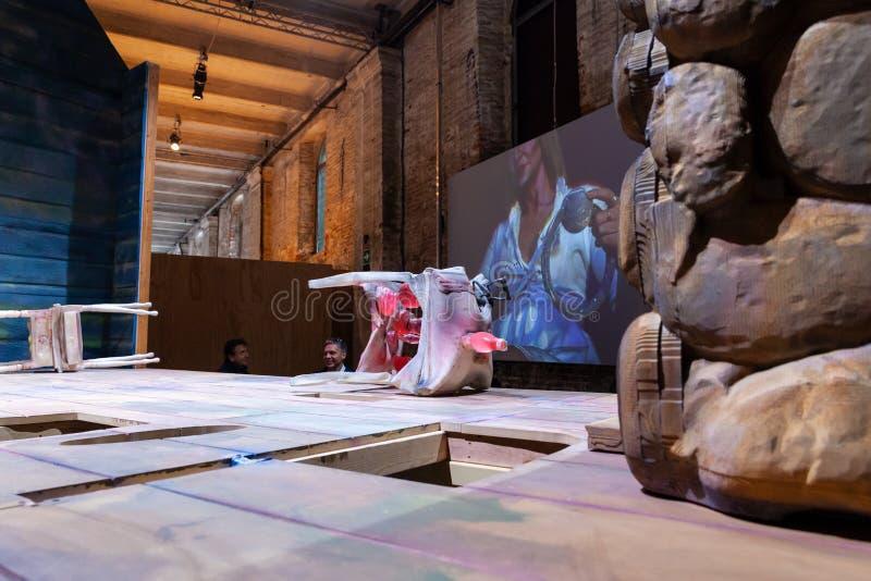 Установка Kaari Upson озаглавило там никакая такая вещь как снаружи, подверганный действию на Arsenale, биеннале 2019 стоковое изображение