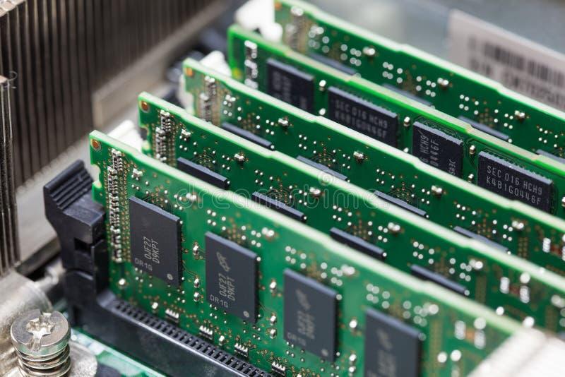 Установка RAM на компьютере стоковая фотография rf
