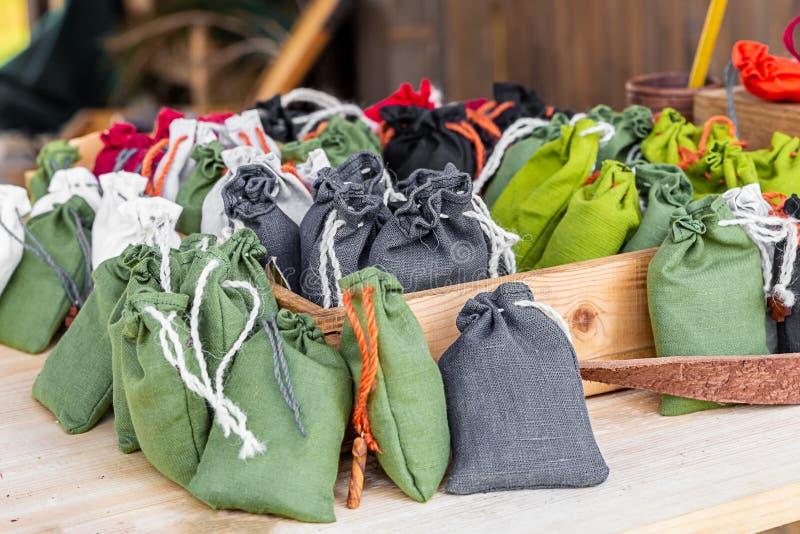 Установленная зеленая прованская оплетка серой мешковины сумки мини белая на упаковке предпосылки счетчика деревянного стола дере стоковая фотография