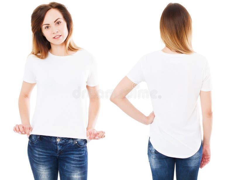 Установленная счастливая азиатская женщина указывая с на ее пустой белой футболкой пока стоящ изолированная, корейская девушка стоковое фото