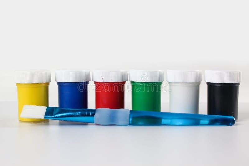 Установленные краски гуаши для детей изолированных на белой предпосылке стоковая фотография
