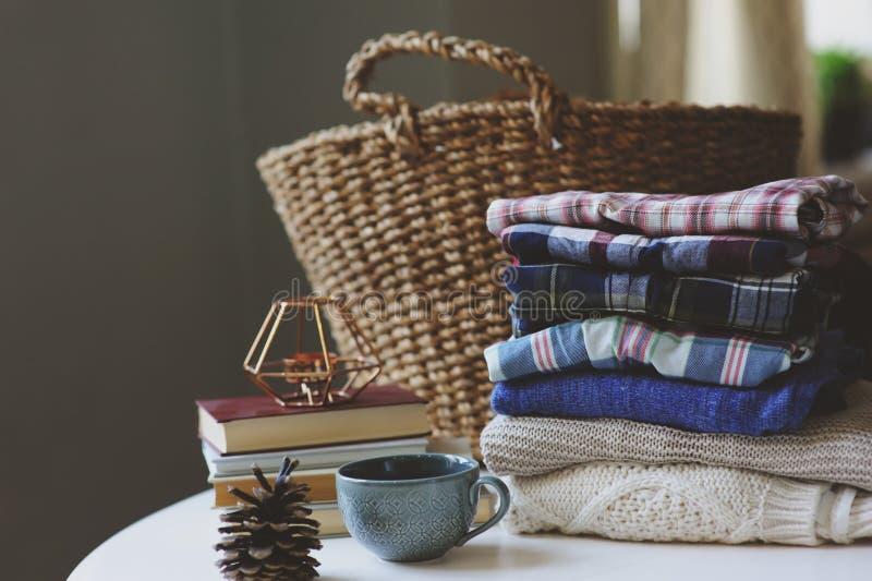 Установленные одежды моды женщины падения вскользь Стог конуса рубашек шотландки, чашки чаю и сосны стоковые изображения rf