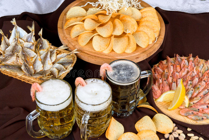 Установленные пиво и заедки стоковые фото