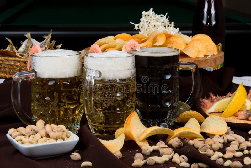 Установленные пиво и заедки стоковые фотографии rf