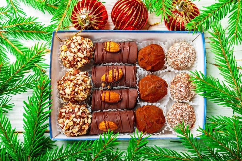 установленные шоколады Трюфеля с мякишами миндалин, кокоса и печенья стоковое фото rf