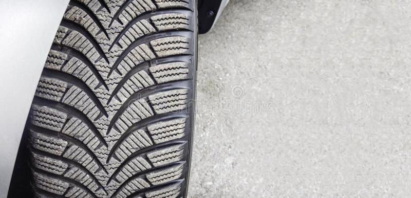 Установленный на конце покрышки автомобиля колеса вверх стоковые фотографии rf