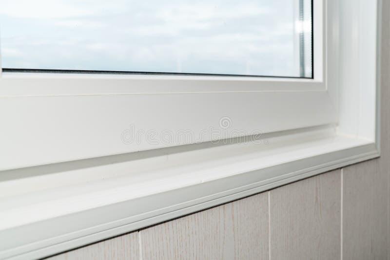 Установленный новый белый силл окна внутри помещения стоковое фото rf