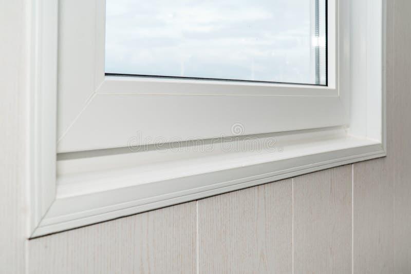 Установленный новый белый силл окна внутри помещения стоковое изображение