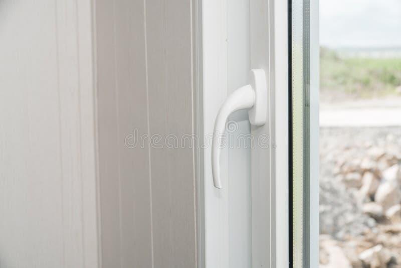 Установленный новый белый силл окна внутри помещения стоковое фото