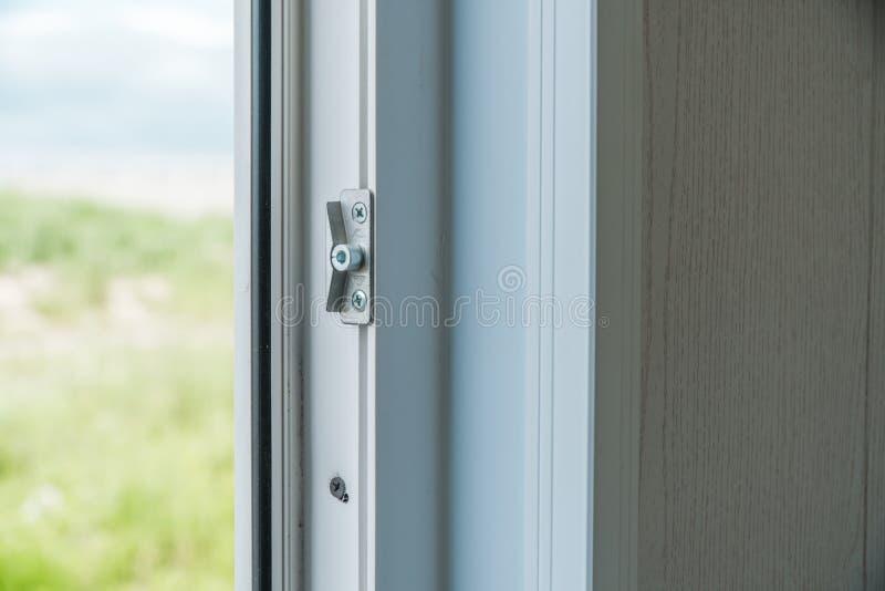 Установленный новый белый силл окна внутри помещения стоковая фотография