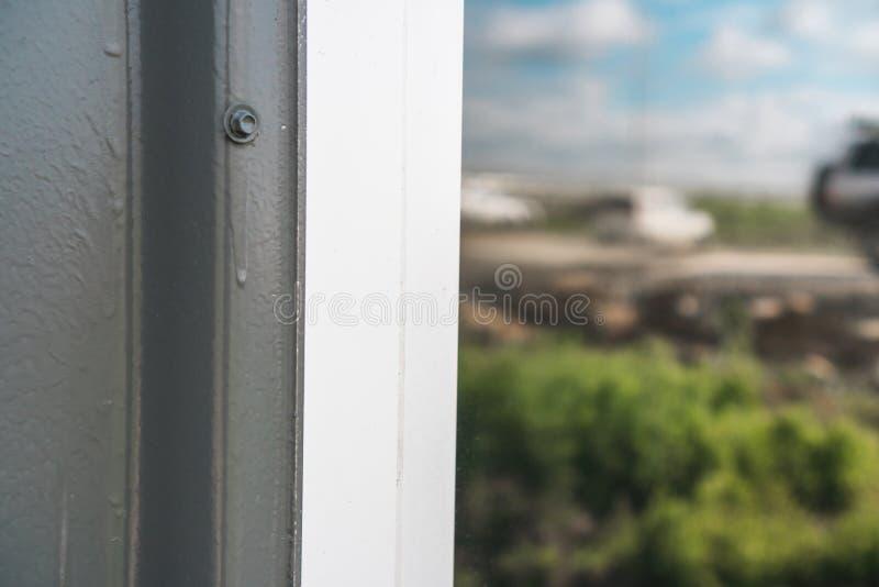 Установленный новый белый силл окна внутри помещения стоковые фотографии rf