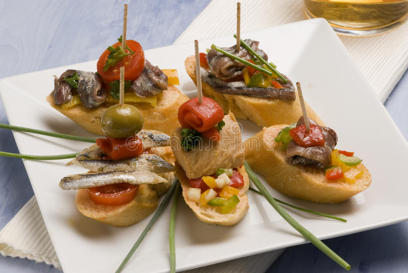 установленный хлеб отрезает испанскую туну tapas стоковое изображение