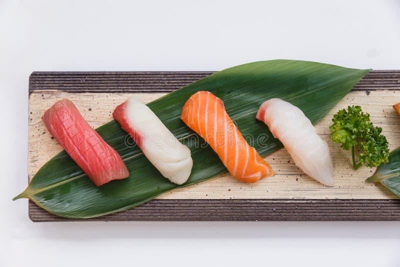 Установленные суши: Голубой тунец Maguro, Yellowtail Hamachi, семги, Tai красное Seabeam, стоковое фото rf