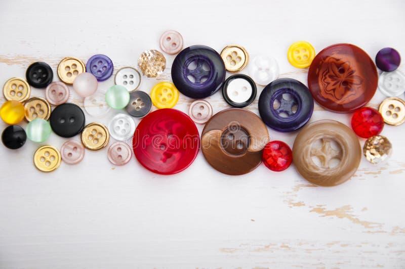 установленные тесемки катушк предпосылки multicolor шить стоковое фото