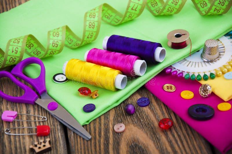 установленные тесемки катушк предпосылки multicolor шить стоковые фотографии rf