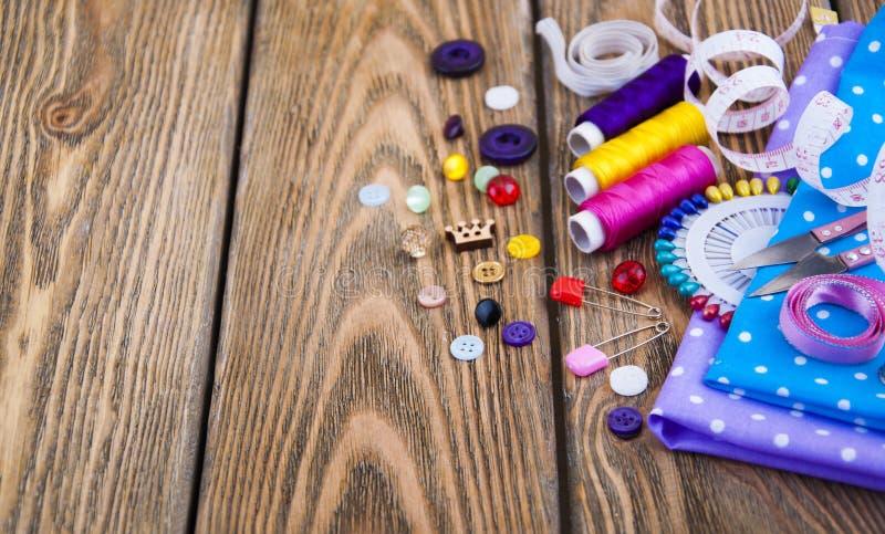 установленные тесемки катушк предпосылки multicolor шить стоковое фото rf