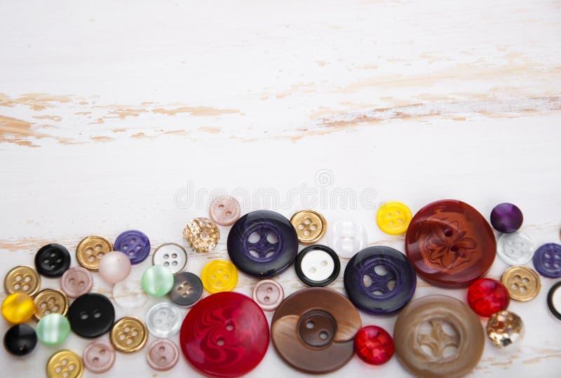 установленные тесемки катушк предпосылки multicolor шить стоковая фотография