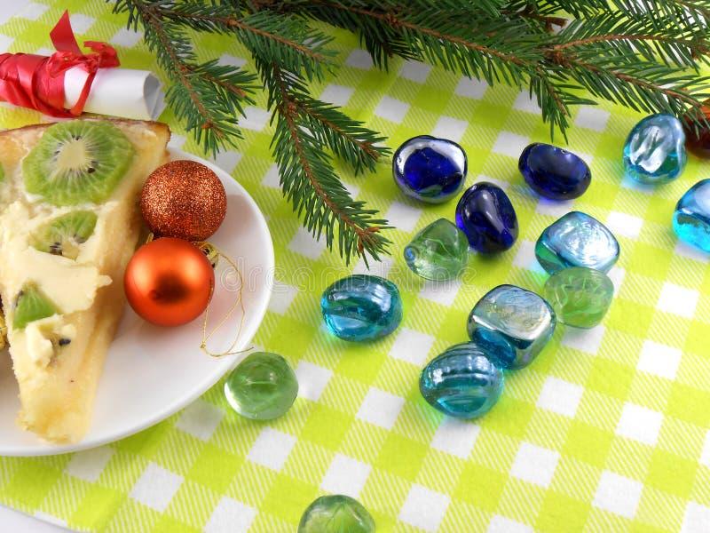 Установленные шарики рождества, ель Нового Года и камни стоковое изображение