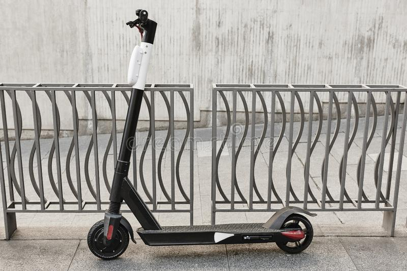 Устойчивая городская подвижность Скутер на городе Электрический переход стоковое фото