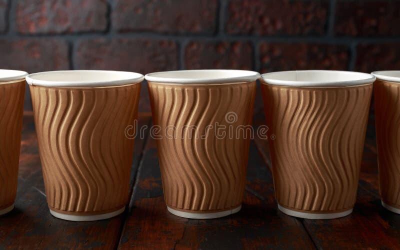 Устранимые коричневые бумажные на вынос чашки чая кофе стоковое фото