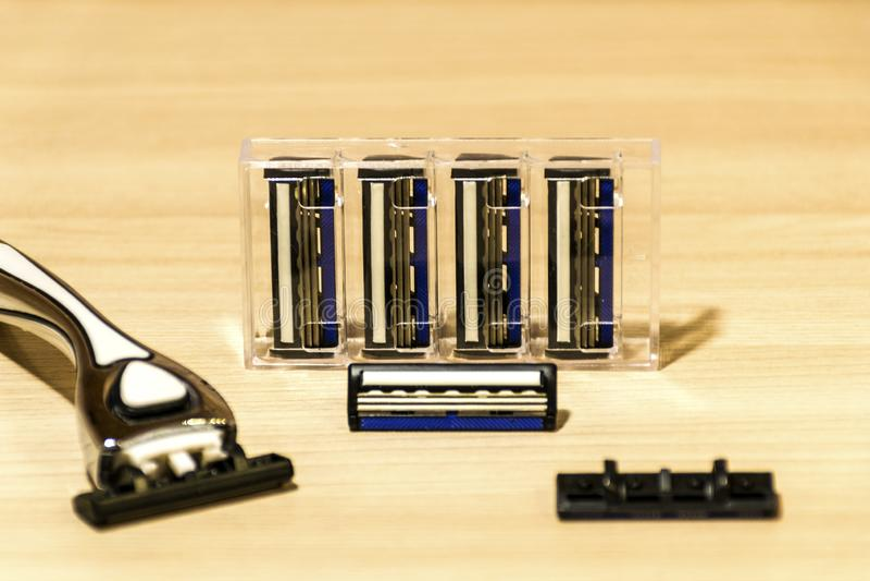 Устранимые лезвия бритвы на таблице стоковое изображение rf
