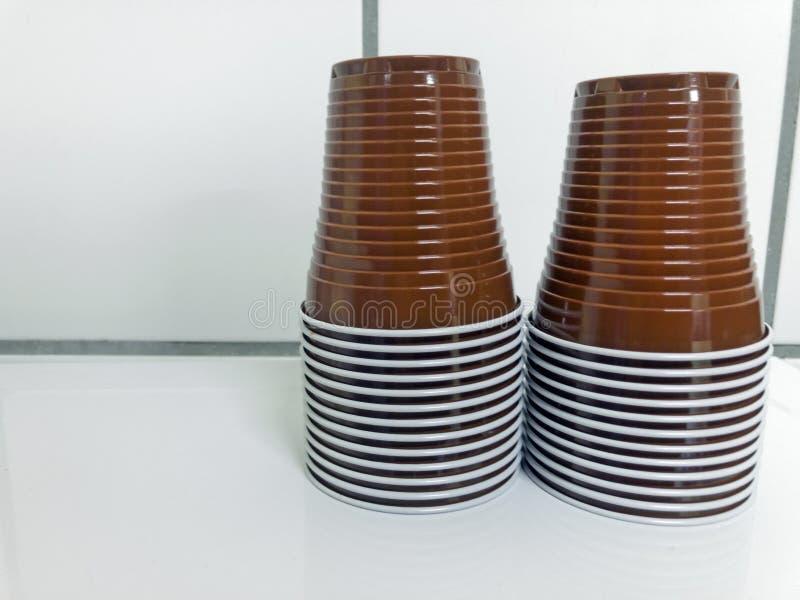Устранимые пластичные чашки стоковые фотографии rf