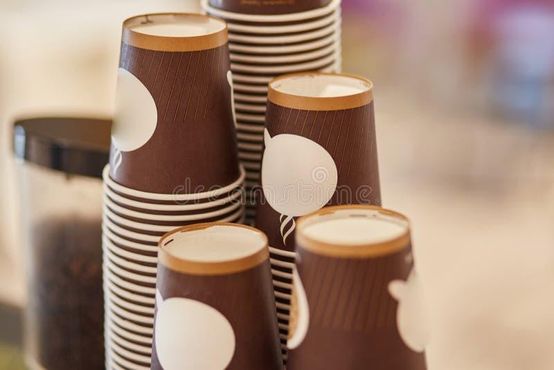 Устранимые чашки картона для кофе Машина кофе стоковые изображения rf