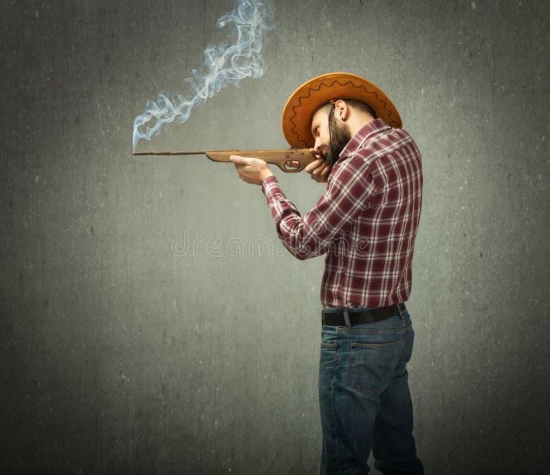 Устрашайте мальчика снятого с винтовкой в взгляде профиля стоковая фотография rf
