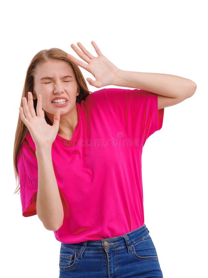 Устрашенная девушка себя, согнутая заволакиванию тела с ее руками защитительно Изолировано на белизне стоковые фотографии rf