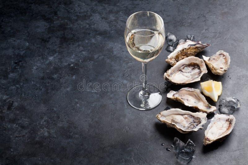 Устрицы с лимоном и белым вином стоковая фотография