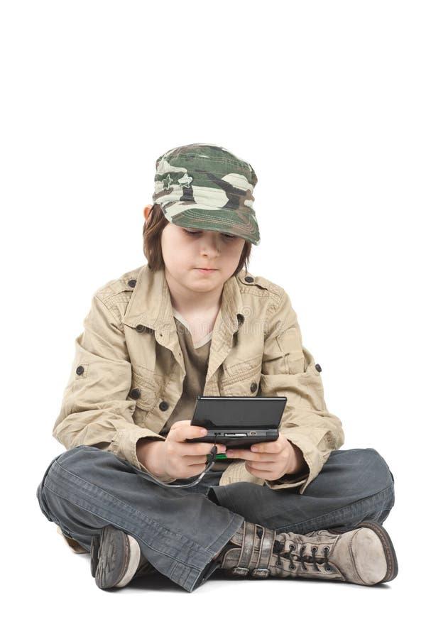 устройство мальчика его играть стоковое фото