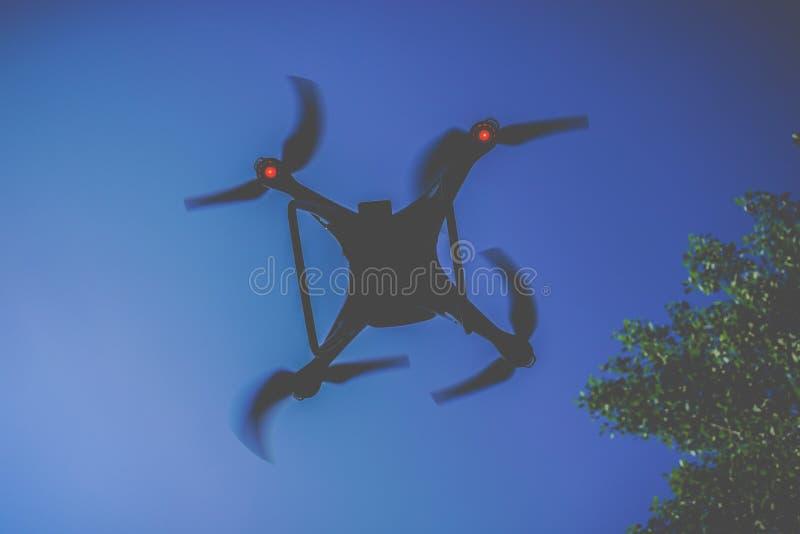 Устройство трутня вверх в воздухе стоковое фото rf