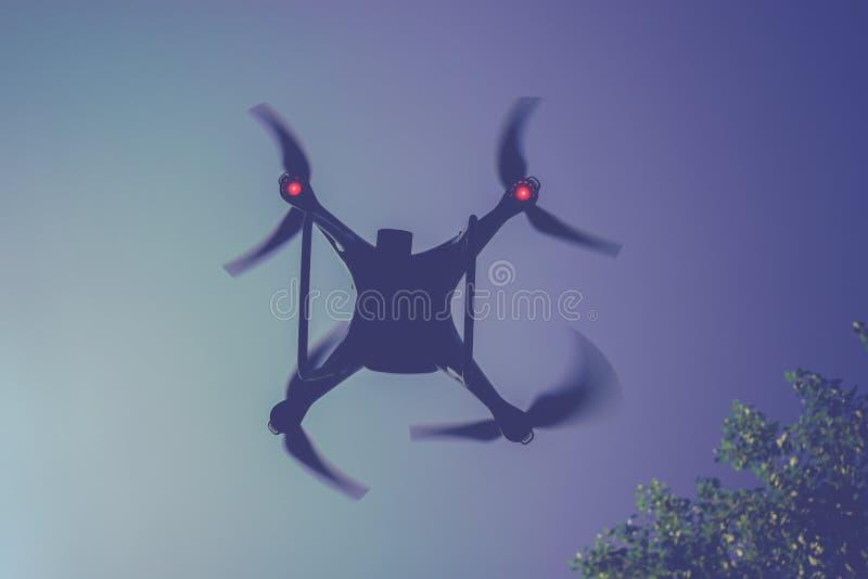 Устройство трутня вверх в воздухе стоковое изображение rf
