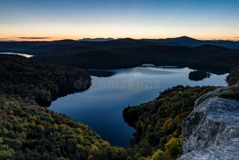 Уступ Nichols и пруд на заходе солнца - Вермонт стоковое фото