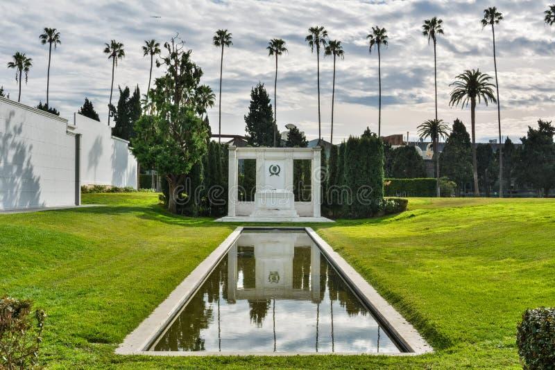 Усыпальница старшего Дуглас Фэрбенкс актеров и младший , на кладбище вечности Голливуд в Лос-Анджелесе, CA стоковые фотографии rf
