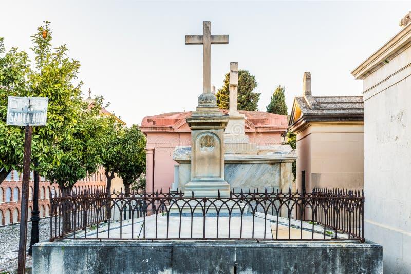 Усыпальница с крестом в христианском кладбище в Малаге Испании стоковые изображения