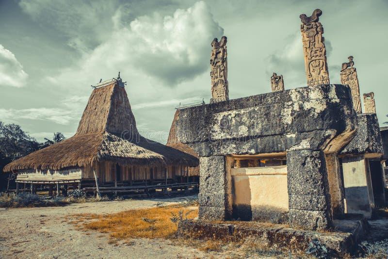 Усыпальница, хижина в этнической деревне Sumba Индонезия стоковые изображения rf