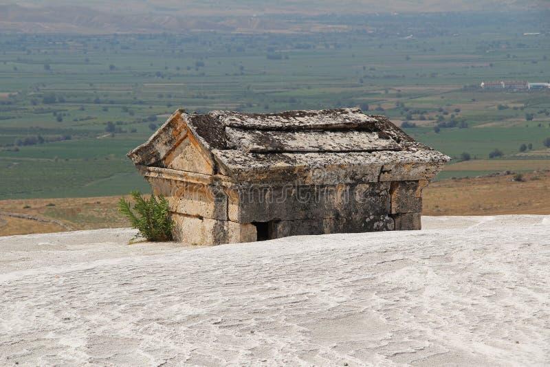 Усыпальница Hierapolis античная на держателе травертина в Pamukkale Denizli, Турция стоковые фото
