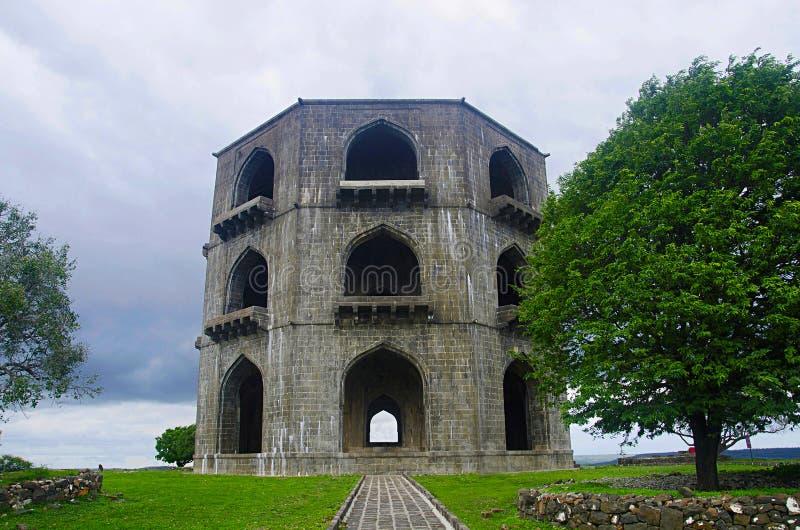 Усыпальница Salabat Khan II или структура камня 3-этажа ` s Mahel Chandbiwi, 13 km от Ahmednagar, махарастры стоковые изображения