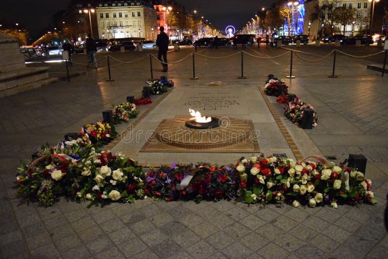 Усыпальница неизвестного солдата, Триумфальная Арка, Париж, дуга в декабре стоковое изображение