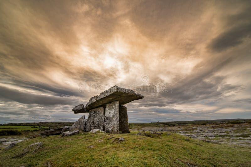 усыпальница poulnabrone Ирландии портальная стоковые фотографии rf