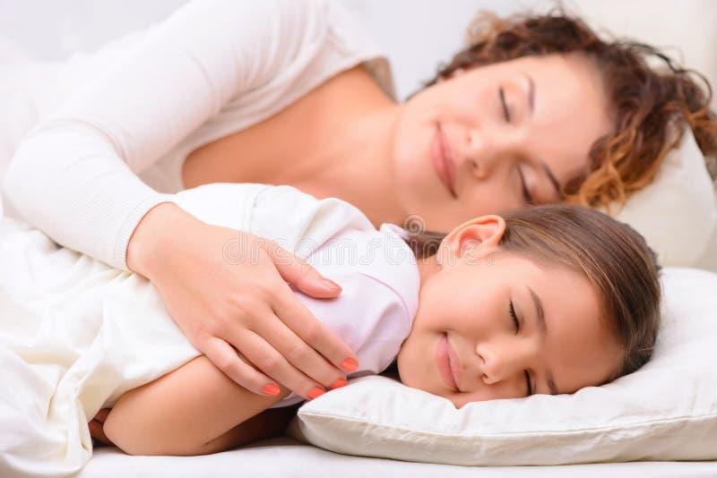 был картинки мама укладывает спать дочку ужином
