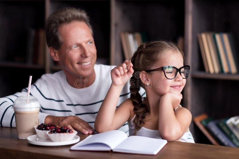 Услаженный чертеж маленькой девочки с ее дедом стоковое изображение rf