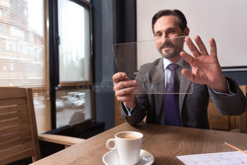 Услаженный экран датчика положительного человека касающий его таблетки стоковая фотография