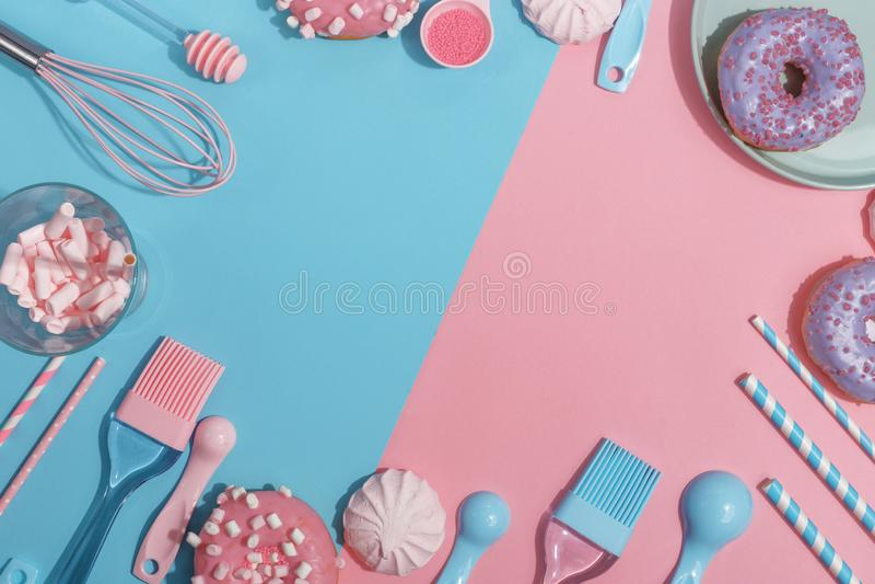 Утвари и инструменты кухни, печенья и помадки на пинке и голубой предпосылке Взгляд сверху скопируйте космос стоковое фото rf