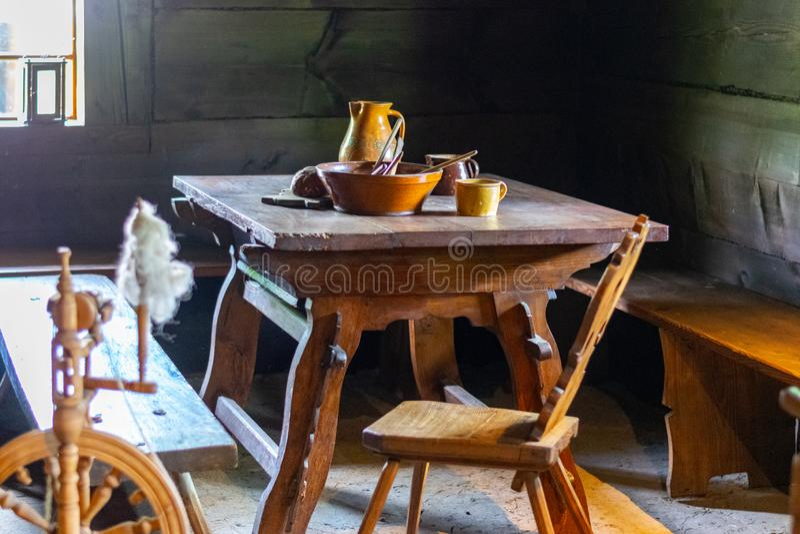 Утвари кухни в интерьере старого традиционного сельского деревянного дома стоковые фотографии rf
